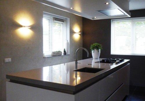 Keuken hoogglans gecombineerd met warme houttint