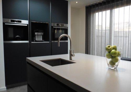 Strakke keuken antraciet en RVS